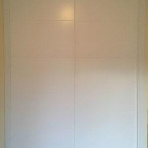 Puerta corredera lacada para armario